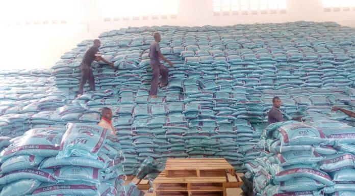 Stock d'engrais chimique à l'usine FOMI