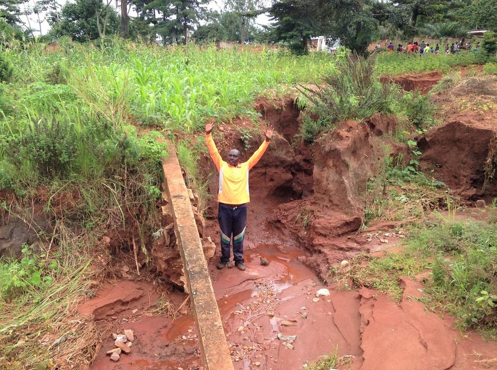 un ravin de Gatunguru ayant un profondeur de 2 mètres guette les maisons et les champs environnants