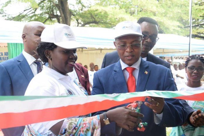 Hon. Freddy Mbonimpa Maire de la ville de Bujumbura et Mme Félité Ngenzi DG de l'AGEAGL-Burundi procèdent à l'ouverture solennelle des cérémonies
