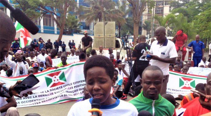 Les manifestants assis devant l'ambassade de France au Burundi
