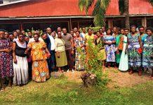 La photo de famille après la première session de sensibilisation organisée par l'AFRABU