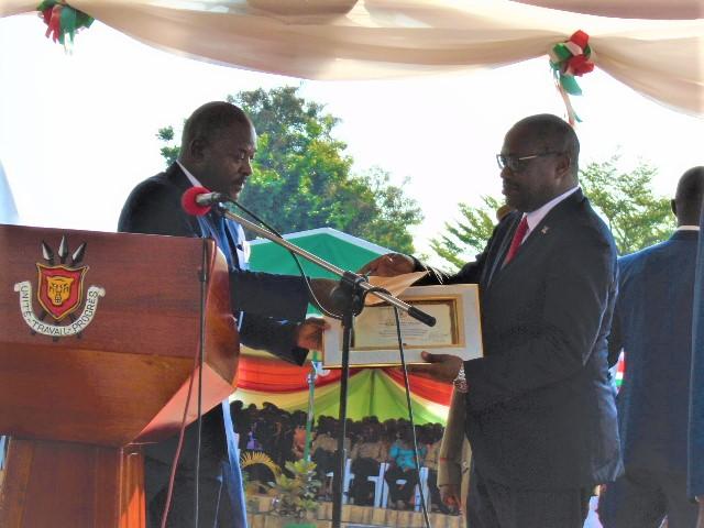 Dr. Deo Guide Rurema décollé par le Président de la République du Burundi lord de la célébration du 57ème anniversaire de l'indépendance nationale.