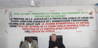 M. Aloys Habonima, Directeur du Département des affaires juridiques et Administratives à la DGAP avec M. Philippe Beauverd, chef de la délégation du CICR au Burundi.