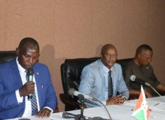 """Le ministre Pascal Barandagiye tient le micro""""aucun administratif n'a été mandaté pour perturber les activités des autres partis politiques.Ceux qui le font sont à traduire en justice"""""""