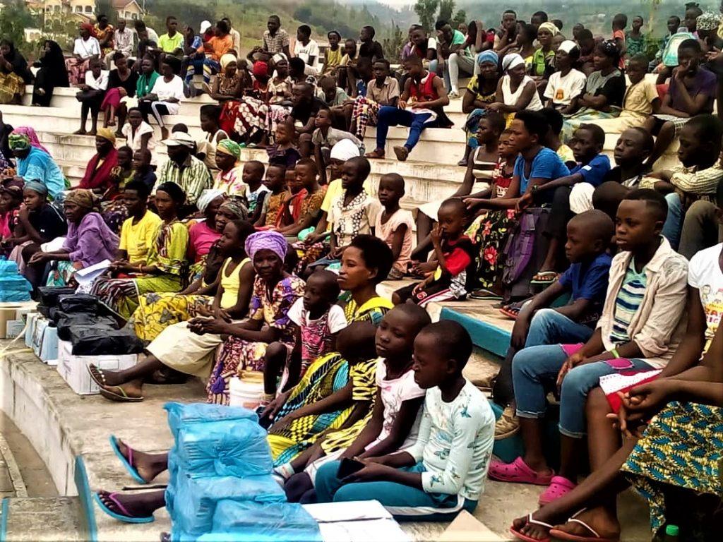 Vue partielle des bénéficiaires du matériels scholaire octroyés par la coopérative soutenue par la FVS Amie des enfants