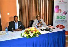 Stany Ngendakumana,directeur de la communication à l'OBR au micro et Jacques Bukuru secrétaire éxcutif de CNC