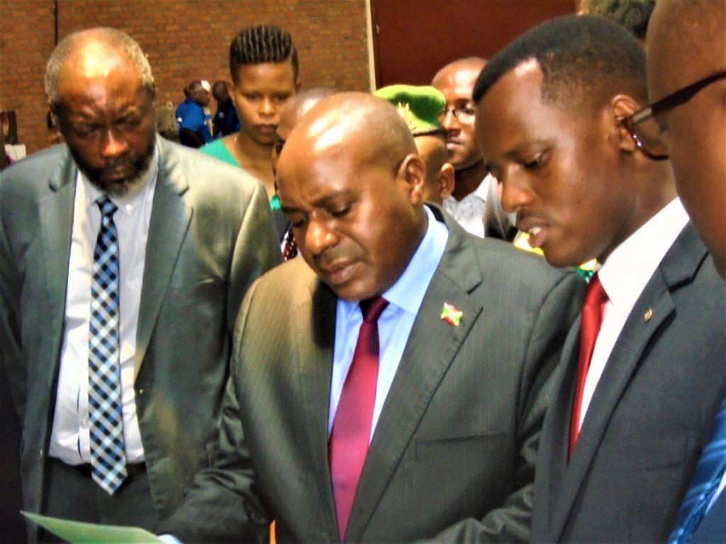 M.Melance Buregeya explique le 2è Vice-Président le fonctionnement du Hope Design