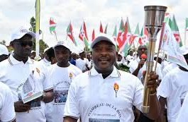 le Président Pierre Nkurunziza détient le Flambeau de la paix.photo d'archive