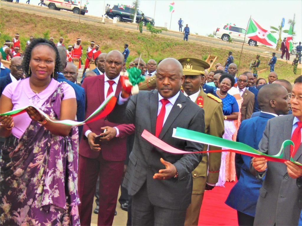 Lors de la coupe du ruban par le Président Pierre Nkurunziza pour l'inaugulation du nouveau bureau présidentiel
