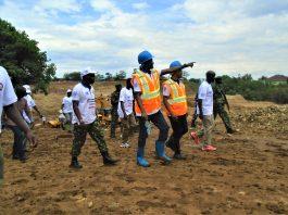 Le 1er VP S.E Gaston Sindimwo et le ministre OPC Alain Guillaume Bunyoni devant les cadres de l'Etat en visite de riviere Ntahangwa encours de réhabilitation