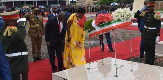 Le couple présidentiel dépose le gerbe de fleurs