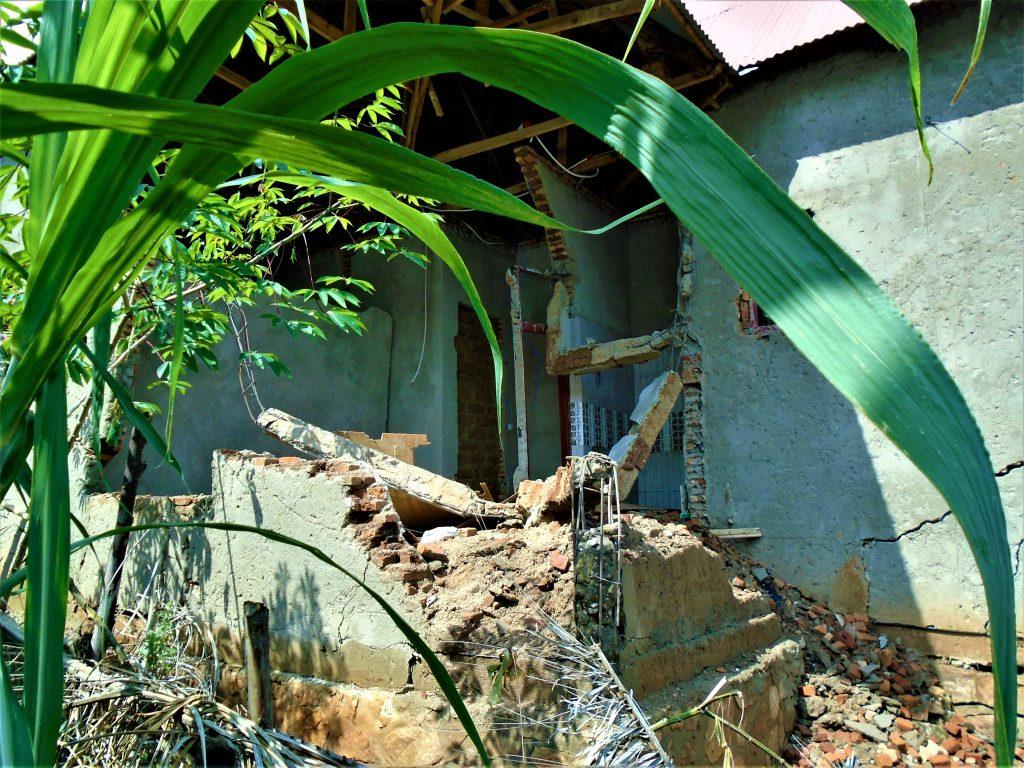 Une maison détruite par les glissements de terrain au quartier de Winterekwa