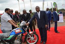prix decerné par l'OBR au contribuable lors de la célébration de son 10è anniversaire à Gitega en 2019