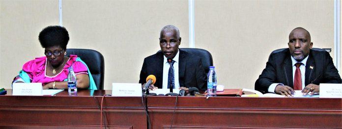Elysée Ndaye,président de la commission ad hoc chargée de suivre les dossiers clés pendant la période pré-électorale et électorale (au milieu)
