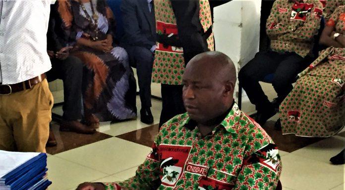 Maj. Gén. Evariste Ndayishimiye dépose son dossier de sa candidature pour les présidentielles de 2020 à la CENI.