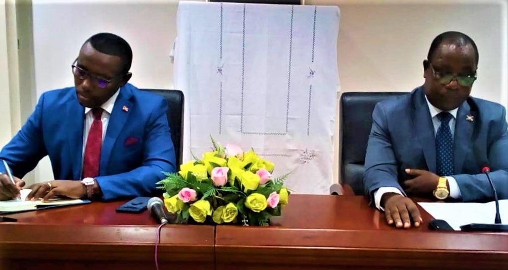 Le ministre du MAE, Ezechiel Nibigira à droit et le ministre du MSPLS ,Dr . Thadée Ndikumana