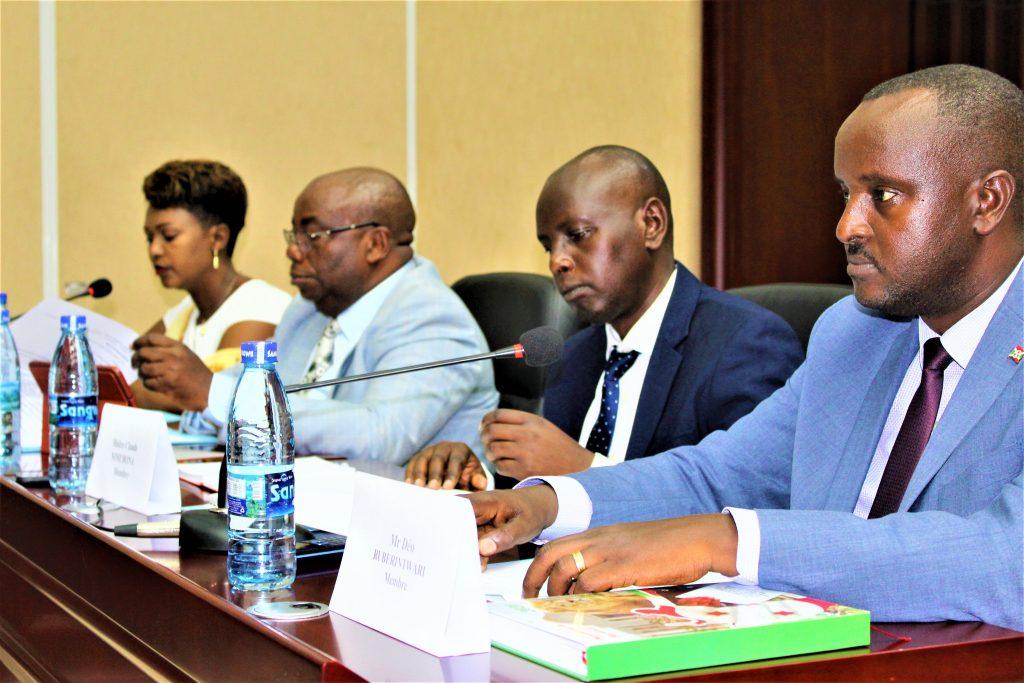 Les membres de la commission ad hoc chargée de suivre les dossiers clés pendant la période pré-électorale et électorale