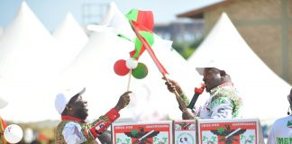 "Le Président Pierre Nkurunziza acceuille au podium le Candidat Président du CNDDFDD ""Samuragwa"", Gen Maj Evariste Ndayishimiye"