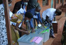 Les membres de la CECI Cendajuru présentent les caissent devant votants apres avoir juré d'accomplir la mission leur assigné.