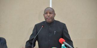 Gen.Maj. Evariste Ndayishimiye, président nouvellement élu après avoir apposé sa signature dans livre de condoléances pour rendre hommage à son prédécesseur feu Pierre Nkurunziza.