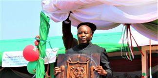 Evariste Ndayishimiye, président de la République du Burundi détient l'un des symboles du Burundi.