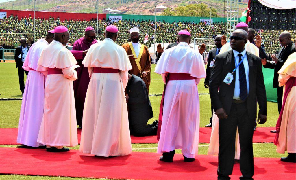 Bénediction œcuménique du président de la République du Burundi par les responsables des confessions religieuses du Burundi.