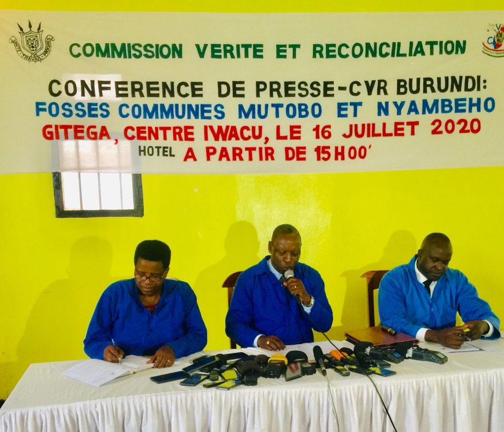 Pierre Claver Ndayicariye, président de la CVR et son équipe lors d'une conférence de animée à Gitega