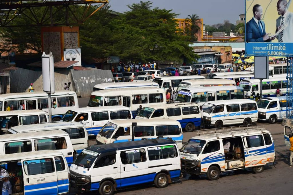 Au parking de la Mairie de Bujumbura, les chauffeurs et convoyeurs reçoivent les masques.