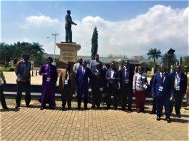 Experts de UNSAC en visite au monument dédié aux heros de la démocratie et de l'indépendance