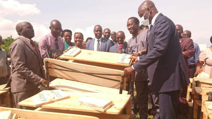 Le ministre Dr Francois Havyarimana et Le representant de l'UNICEF au Burundi donnent les bancs pupitres aux élèves de Ruziba1
