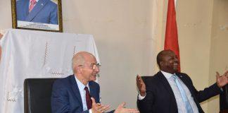 Amb. Claude Bauchu est assis à droite de son homologue burundais, Albert Shingiro.