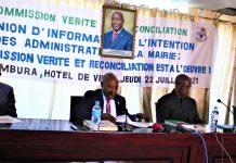 Les comissaires de la CVR et le Maire de Bujumbura au milieu